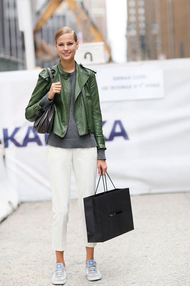 зеленая кожаная косуха с белыми брюками, уличная мода Нью-Йорка 2014-2015