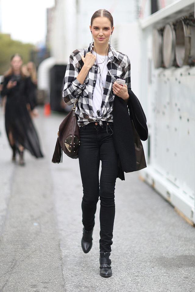 рубашка в черно-белую клетку с джинсами слим, уличная мода Нью-Йорка 2014-2015