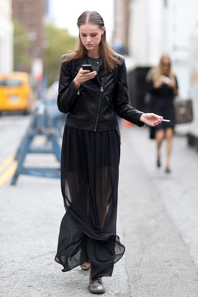 черная косуха с длинной черной прозрачной юбкой, уличная мода Нью-Йорка 2014-2015