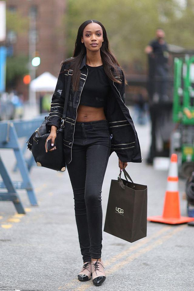 черный кроп топ с джинсами, уличная мода Нью-Йорка 2014-2015