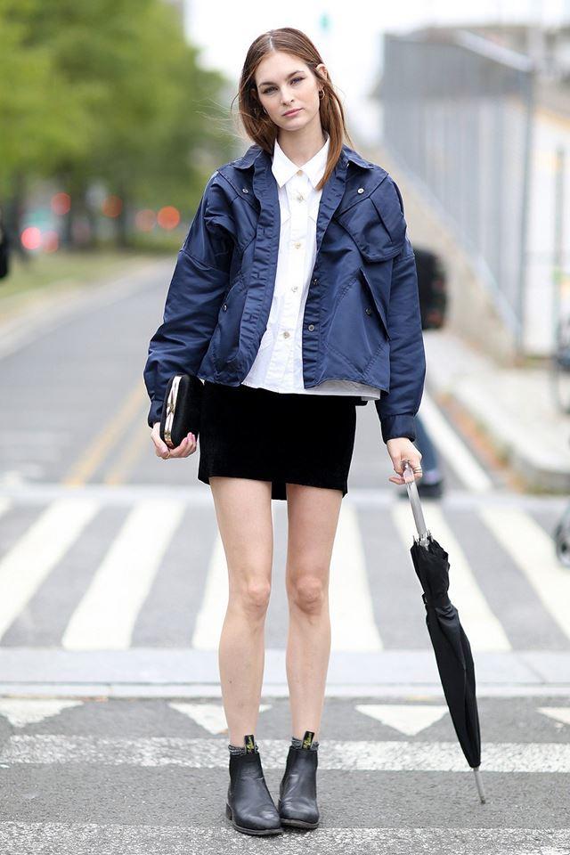 мини юбка с синей курткой, уличная мода Нью-Йорка 2014-2015