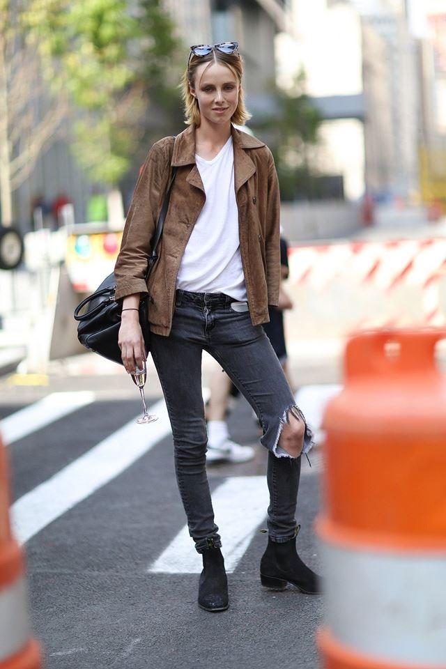 рваные джинсы с кожаной курткой, уличная мода Нью-Йорка 2014-2015