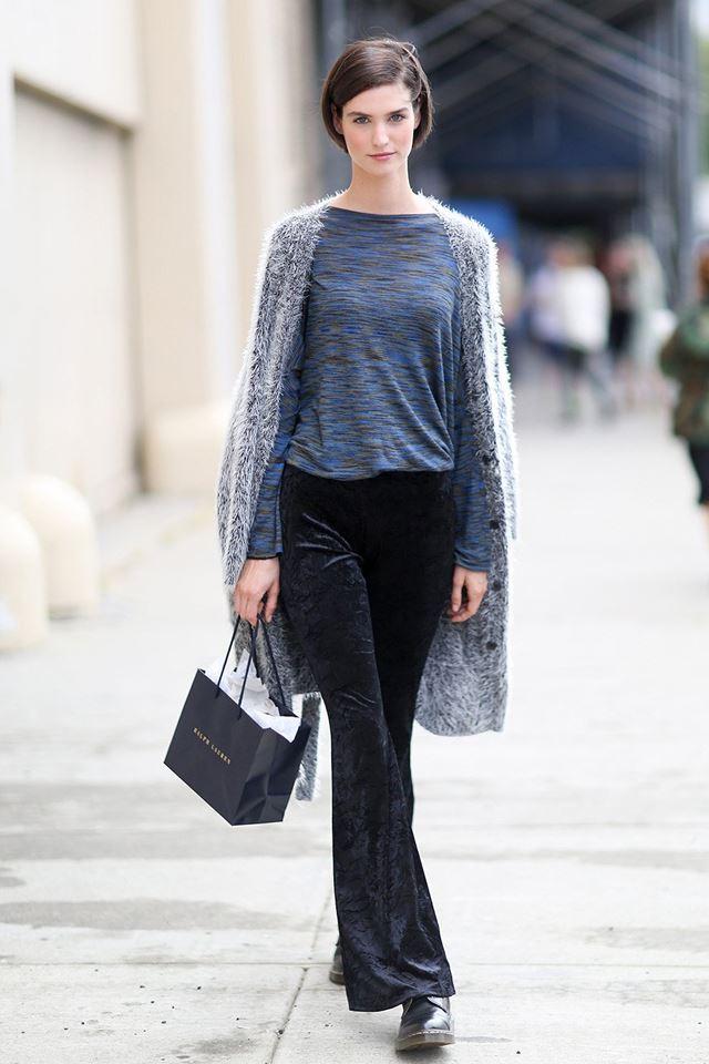 серый кардиган с черными брюками и свитером, уличная мода Нью-Йорка 2014-2015