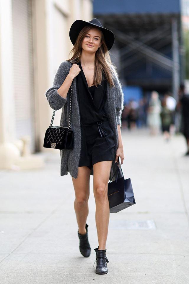 черный комбинезон с шортами и серым кардиганом, уличная мода Нью-Йорка 2014-2015