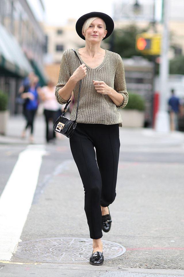 вязаный свитер и черные леггинсы, уличная мода Нью-Йорка 2014-2015