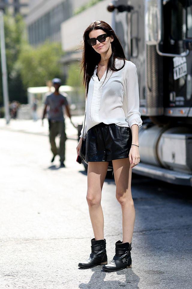 белая рубашка, черные кожаные шорты и милитари ботильоны, уличная мода Нью-Йорка 2014-2015