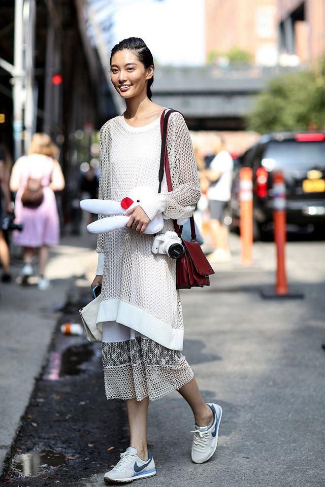 длинный трикотажный свитер и юбка миди, уличная мода Нью-Йорка 2014-2015