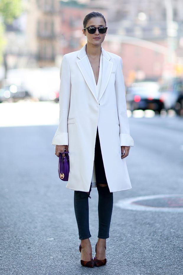 белое пальто с джинсами, уличная мода Нью-Йорка 2014-2015