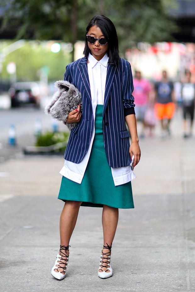 длинный синий пиджак в полоску, уличная мода Нью-Йорка 2014-2015