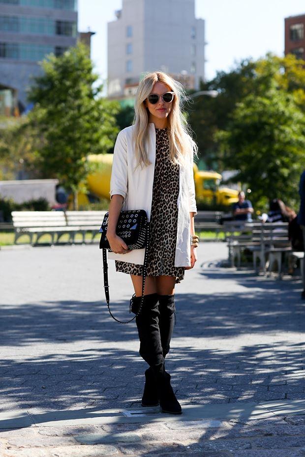 леопардовое платье с белым пальто, уличная мода Нью-Йорка 2014-2015