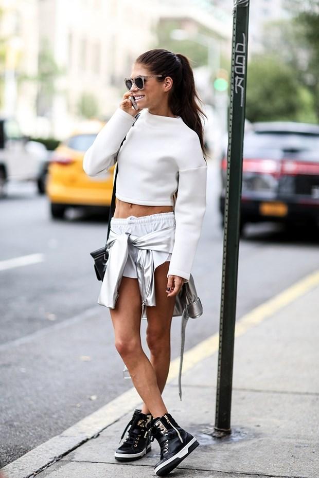 белый кроп топ с длинными рукавами уличный стиль