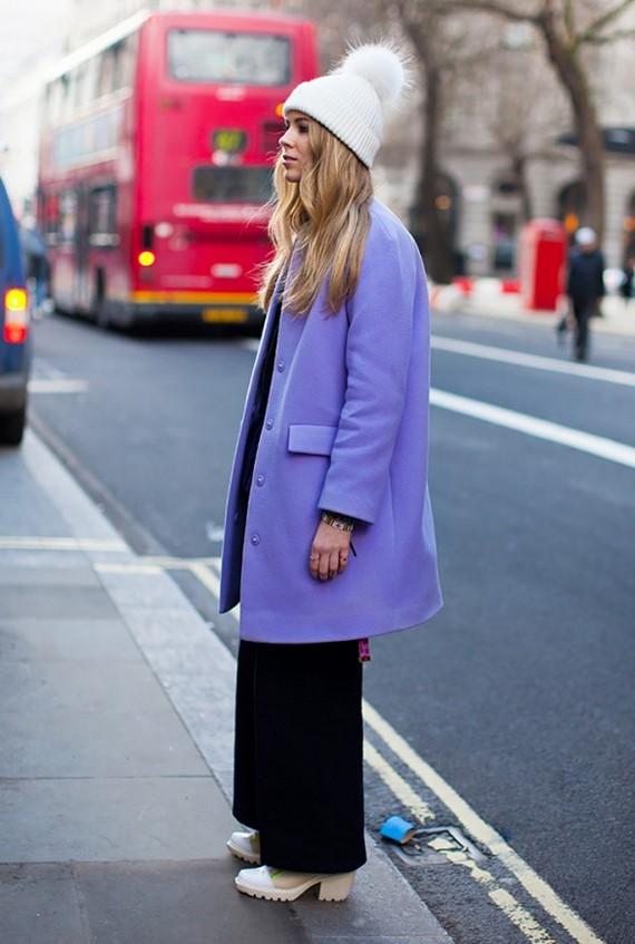 яркое лиловое пальто с белой шапкой  и черными брюками