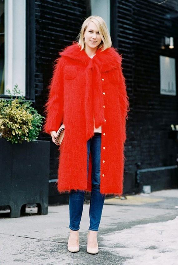яркое длинное красное пальто на пуговицах