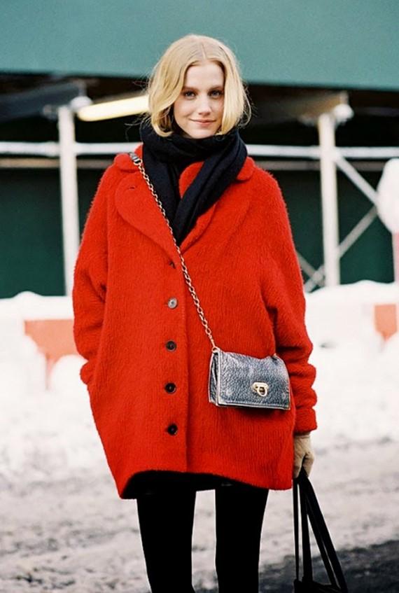 яркое красное пальто на пуговицах
