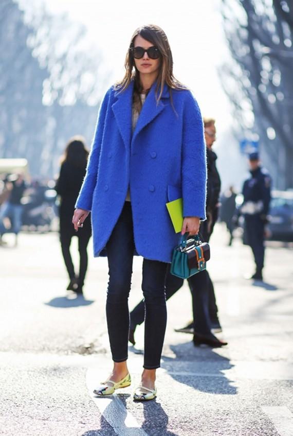 яркое синее пальто на пуговицах с леггинсами и балетками