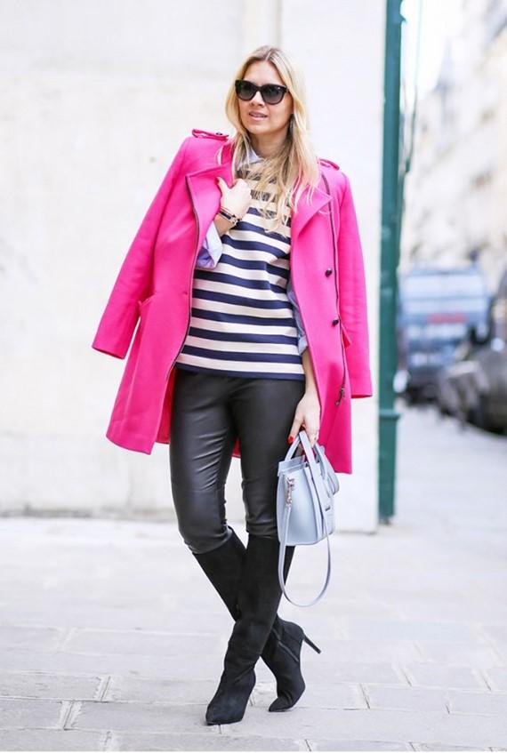 яркое розовое пальто с полосатым топом