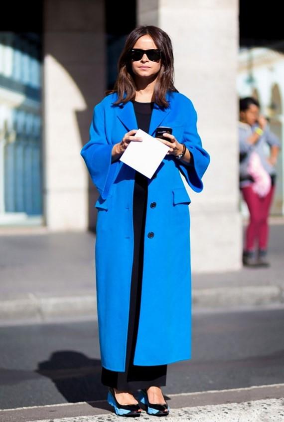 яркое длинное синее пальто