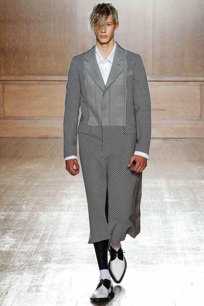 Alexander McQueen длинное клетчатое серое мужское пальто весна-лето 2015