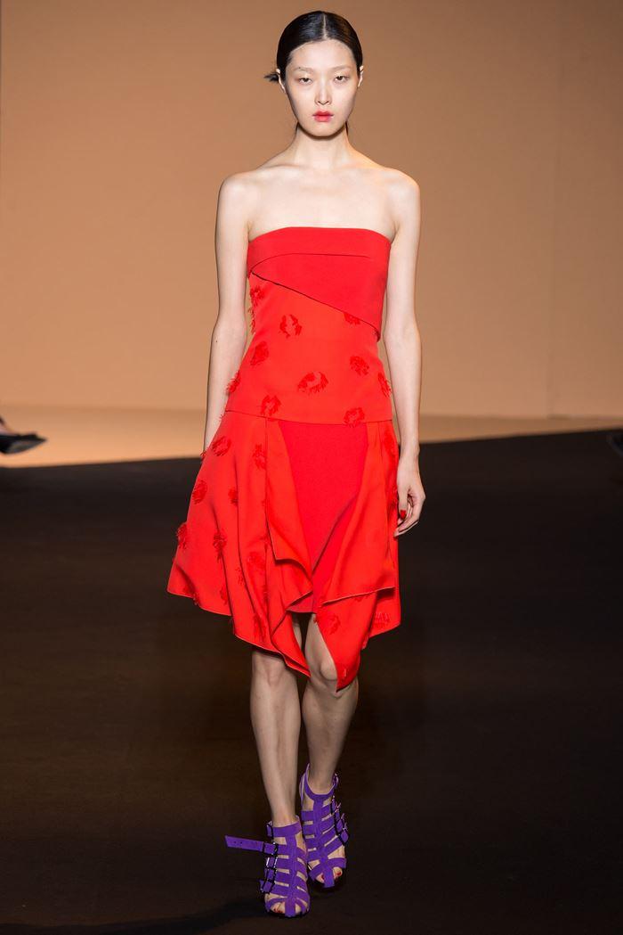 Roland Mouret коктейльное красное платье бюстье весна-лето 2015