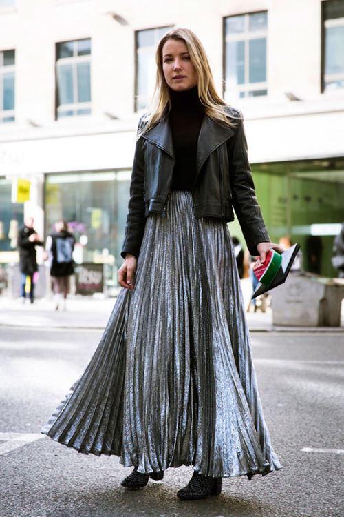 Черная длинная юбка с кожаной курткой