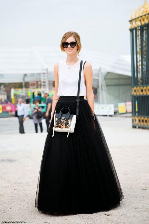 черная тюлевая юбка, белая майка, сумка через плечо, очки
