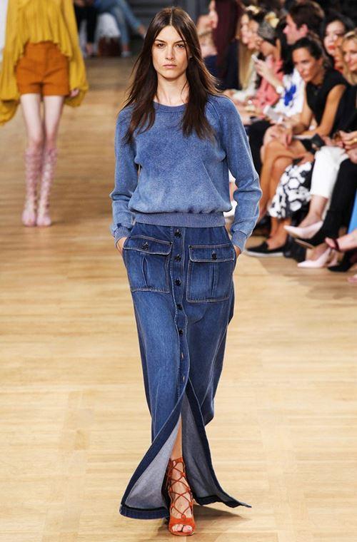 длинная джинсовая юбка, синий свитер, оранжевые гладиаторы