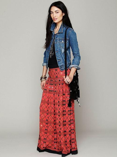 длинная красная юбка, джинсовая куртка, черная сумка с бахромой