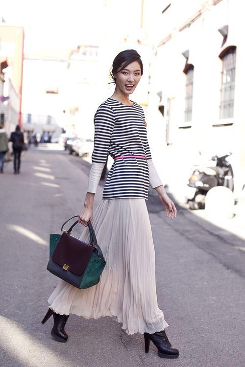 длинная юбка плиссе, полосатый топ, ботильоны на каблуке, деловая сумка