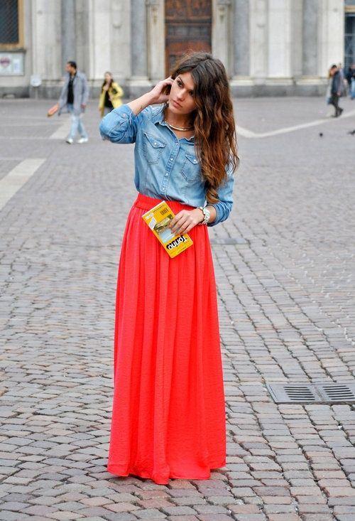длинная красная юбка, джинсовая рубашка
