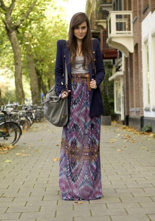 длинная фиолетовая юбка, длинный синий блейзер, большая сумка хаки