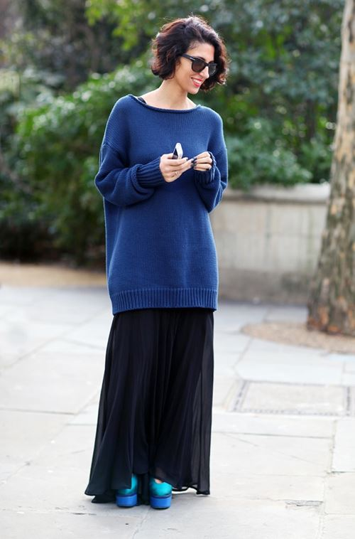 длинный синий свитер, длинная черная юбка, синие туфли на платформе