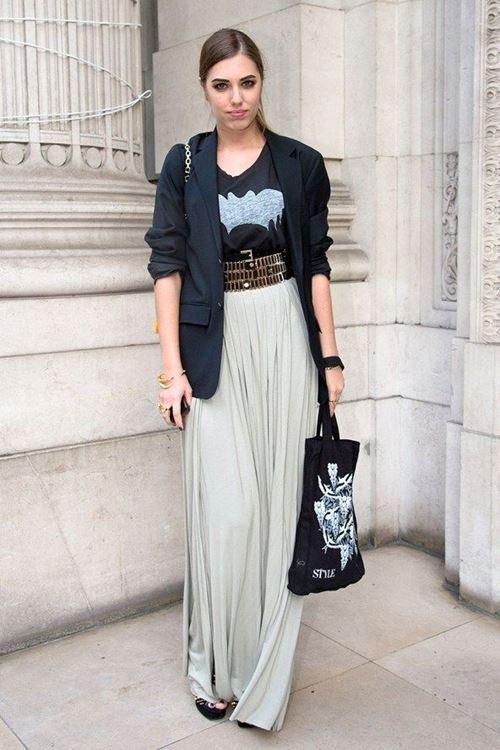 плиссированная юбка макси, топ с принтом, длинный блейзер, сумка с принтом