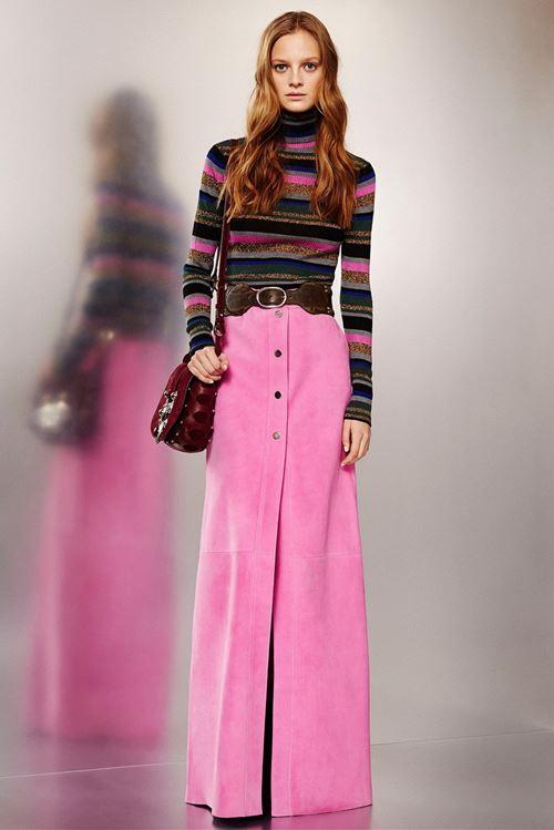 длинная розовая юбка, полосатый свитер, красная сумка