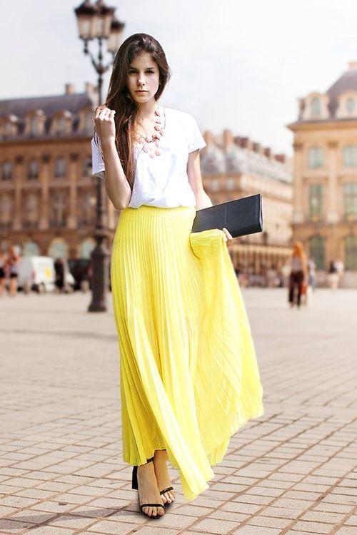 желтая плиссированная юбка, белая футболка, босоножки, клатч
