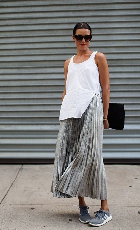 блестящая плиссированная юбка, серые кроссовки, белая майка