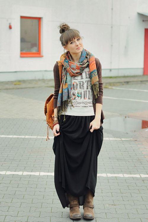 длинная черная юбка, байкерские сапоги, кофта, цветной шарф