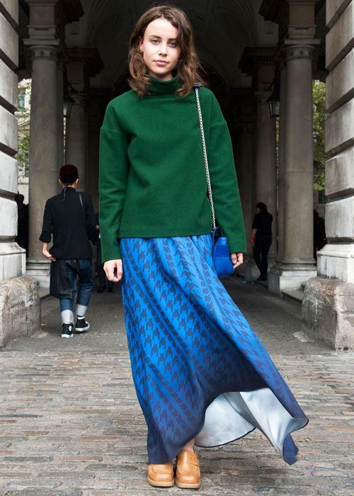 длинная синяя юбка, зеленый свитер, рыжие мокасины