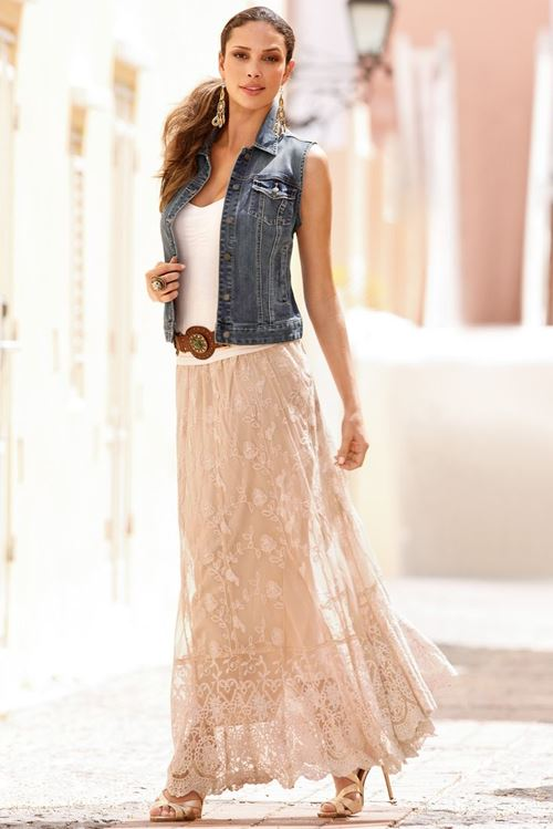 бежевая кружевная длинная юбка, джинсовый жилет, босоножки на шпильке