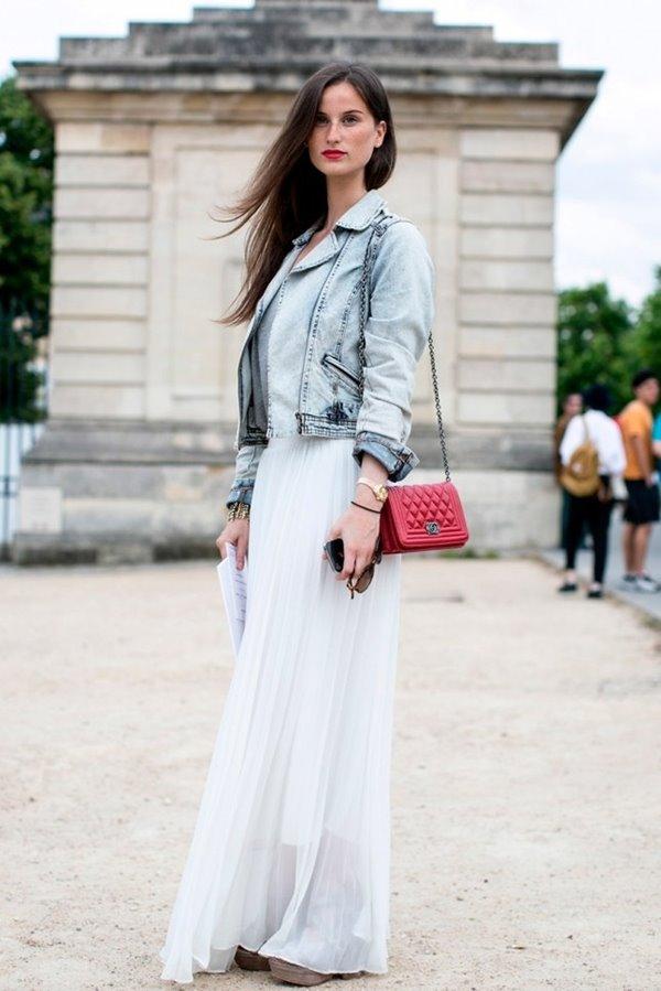 длинное плиссированное платье, джинсовая куртка, розовая сумка