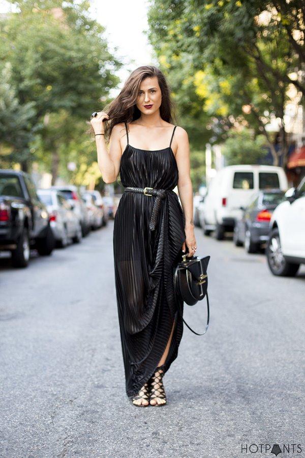 черное плиссированное платье, римские сандалии