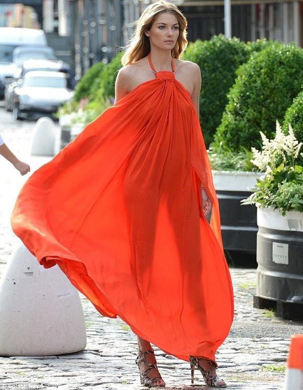 широкое оранжевое платье-сарафан, босоножки на шпильке