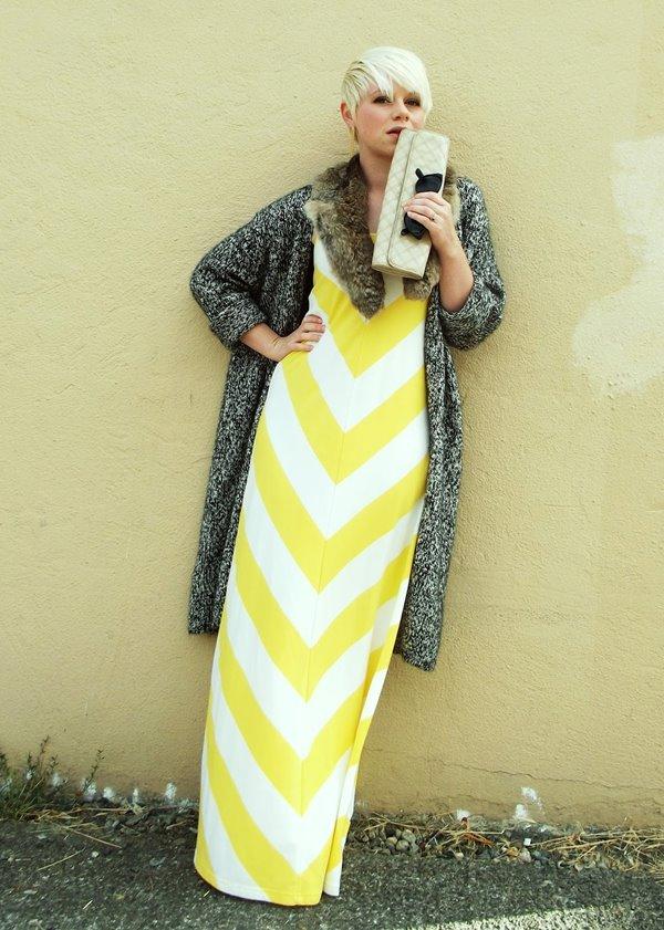 желто-белое длинное платье, серый кардиган, прямоугольный клатч