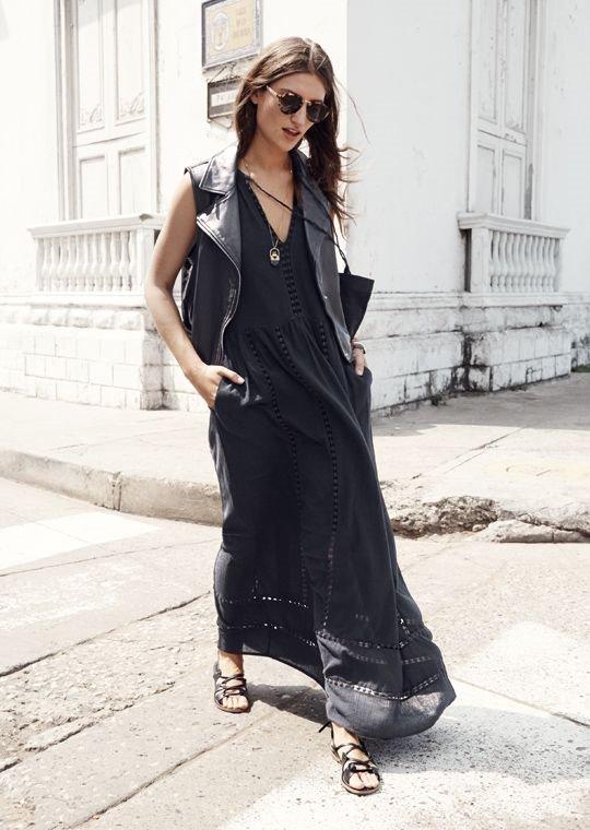 черное платье из шифона, гладиаторы, кожаный жилет