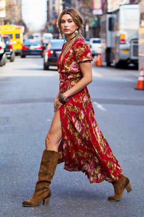 красное платье с принтом, замшевые сапоги