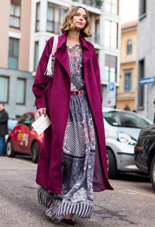 малиновый плащ из замши, длинное этническое платье, туфли-лодочки
