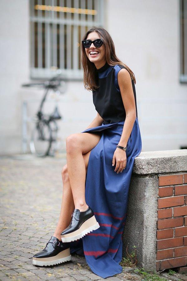 длинное синее платье, ботинки на платформе