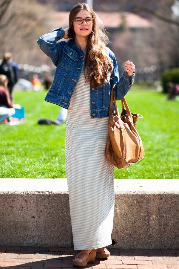 длинное платье в полоску, джинсовая куртка, рыжая сумка, сабо на платформе