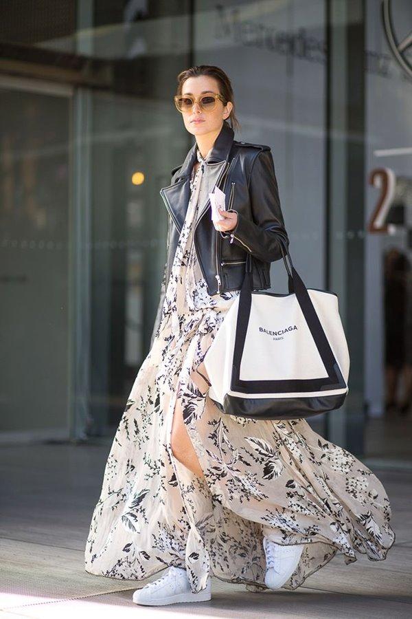 шифоновое платье, белые кеды, черная косуха, большая сумка