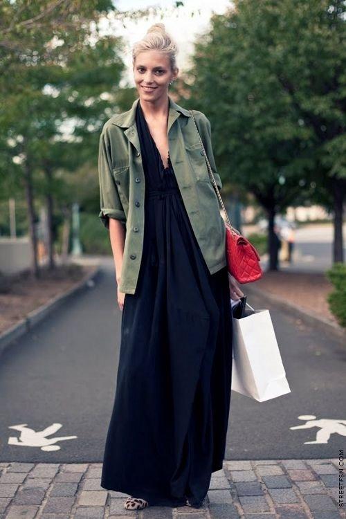 широкое черное длинное платье, куртка хаки на пуговицах