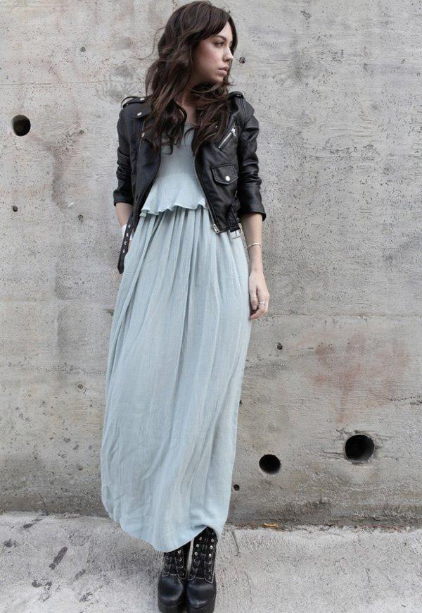 голубое платье, ботильоны на платформе, черная косуха